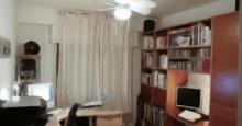 Habitación con muebles y libros