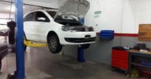 Un vehículo en un taller