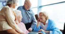 Tres personas cuidando a una anciana