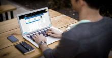Autónomo trabajando con Laptop
