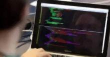 Programador delante de una pantalla de ordenador
