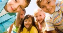 5 niños haciendo un corrillo