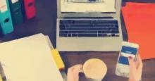 Dibujo de una persona tomando café delante de un portátil