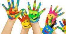 Manos abiertas de niños y pintadas