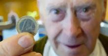 Pensionista mostrando 1 euro