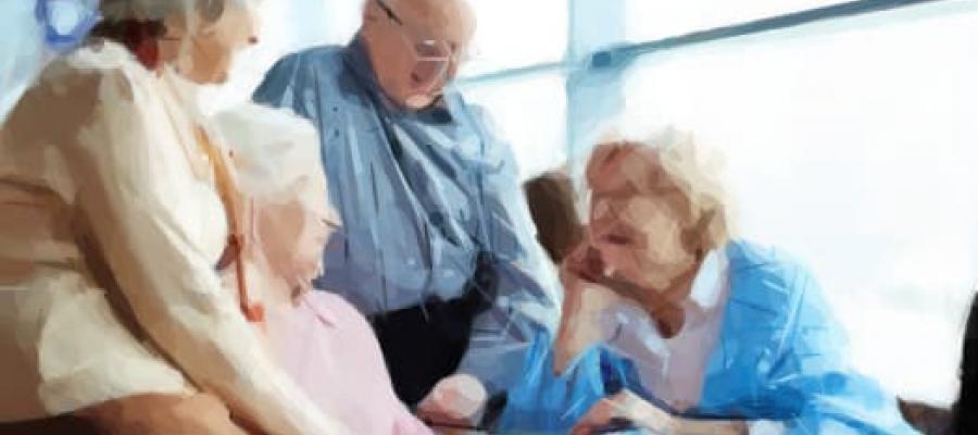 Cuatro personas mayores conversando amigablemente