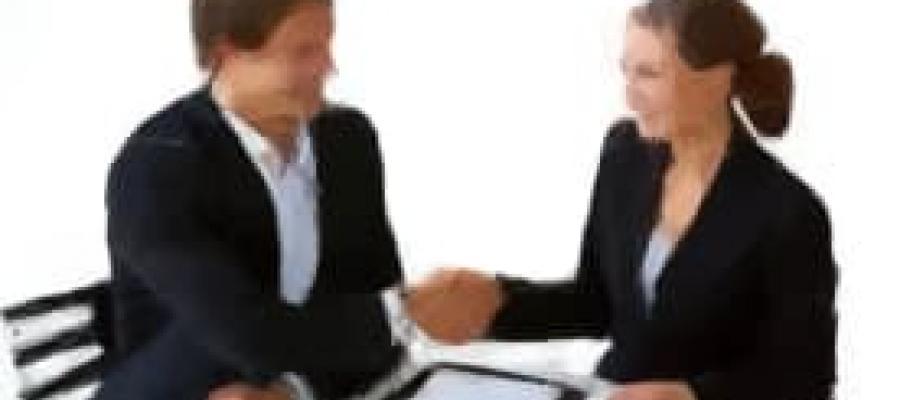 Dos ejecutivos dándose la mano satisfechos