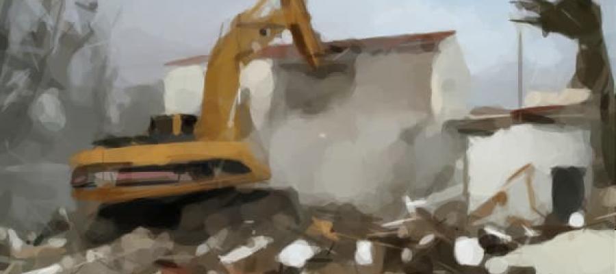 Maquinaria demoliendo una casa