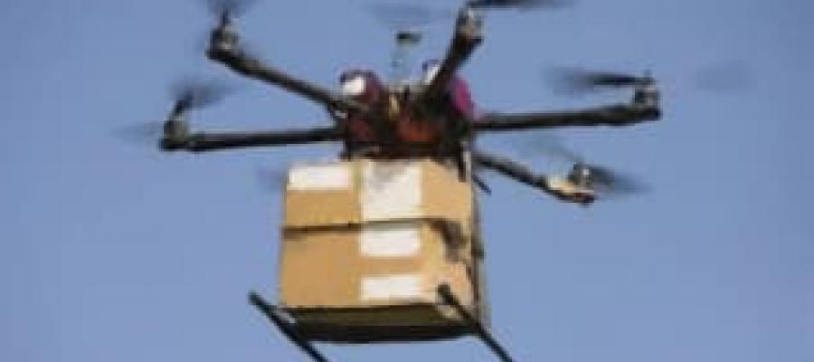 Un Drone transportando mercancía