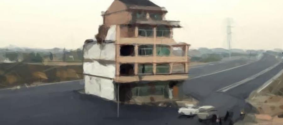 Edificio en medio de una carretera