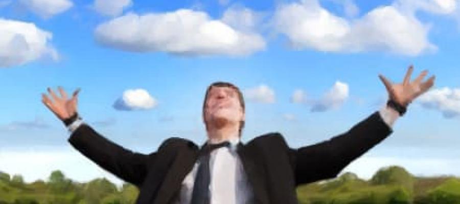 Empresario abriendo los brazos al cielo en señal de triunfo
