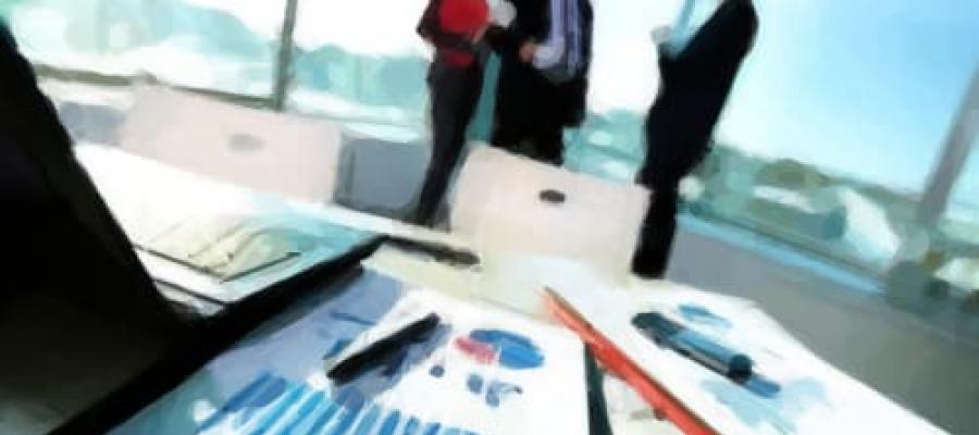 Dibujo de 3 ejecutivos hablando en una oficina
