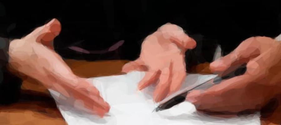 Dibujo de las manos de dos personas analizando un documento