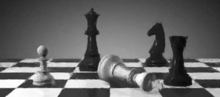 La Reina Blanca caída en un tablero de Ajedrez
