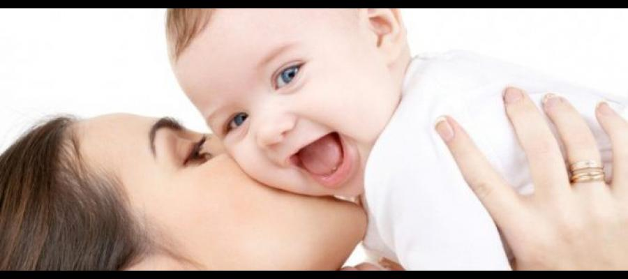 madre besando bebe