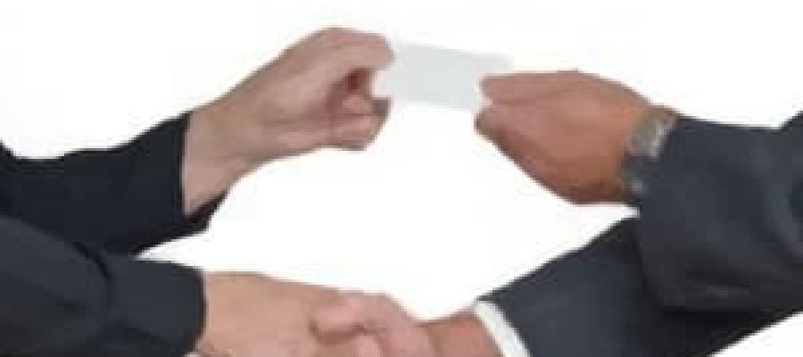 Entrega de una tarjeta en mano