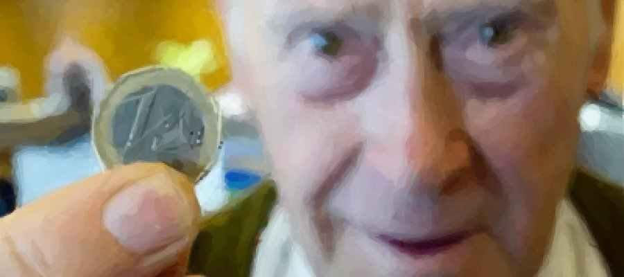 Pensionista con un euro en la mano