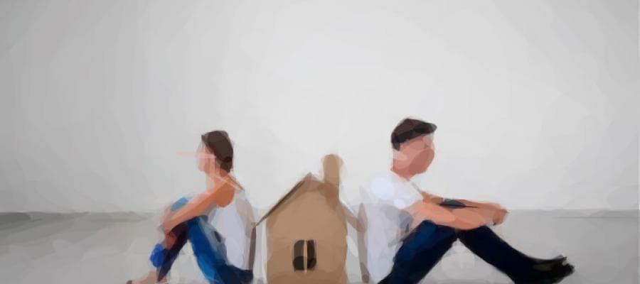 Una pareja de espaldas con una casa en medio